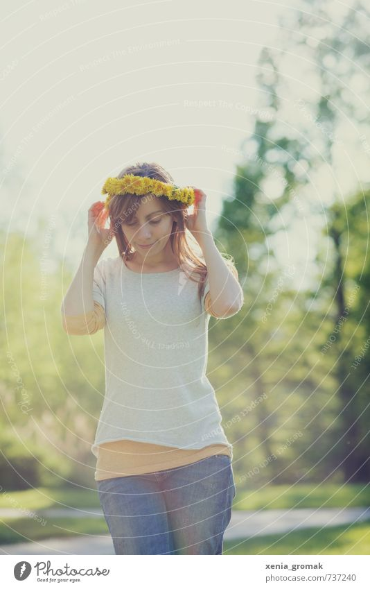In Sonnenstrahlen Mensch Kind Natur Jugendliche Ferien & Urlaub & Reisen grün Sommer Junge Frau Freude 18-30 Jahre gelb Erwachsene Umwelt Leben feminin Spielen