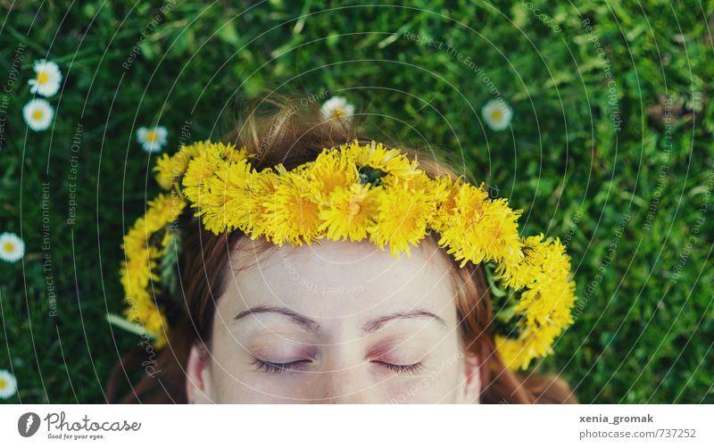 Augen zu Mensch Frau Natur Jugendliche Ferien & Urlaub & Reisen schön Sommer Sonne Junge Frau Erholung Erwachsene Umwelt Leben feminin Gras Freiheit