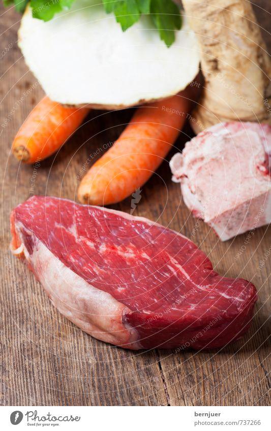 Tafelspitz Lebensmittel Fleisch Gemüse Slowfood Billig gut Möhre Sellerie Holzbrett Suppenknochen roh Suppenfleisch Zutaten Foodfotografie Gesunde Ernährung