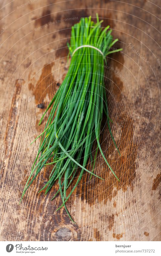 Gebündelter Schnittlauch grün braun Lebensmittel nass gut Zusammenhalt Kräuter & Gewürze Bioprodukte Holzbrett Tau feucht Vegetarische Ernährung Bündel Billig
