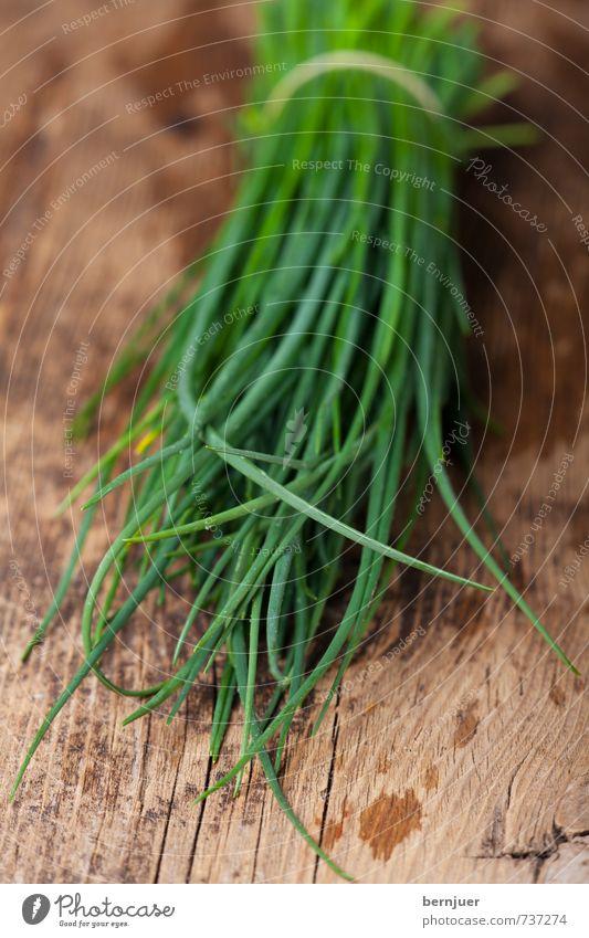 Allium schoenoprasum Wasser Lebensmittel frisch nass gut Kräuter & Gewürze Stengel Bioprodukte Holzbrett Fleck Vegetarische Ernährung Bündel Billig rustikal roh