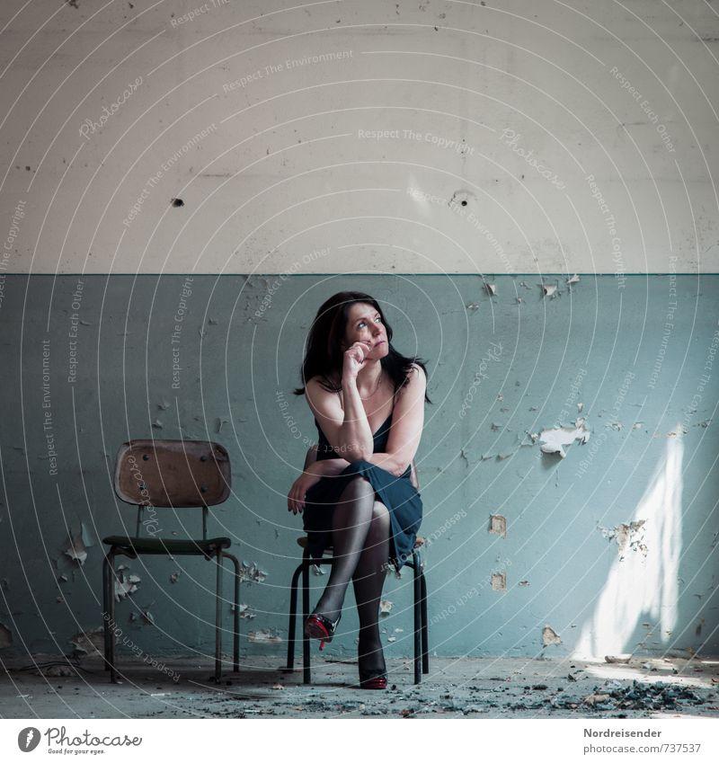 Warten Mensch Frau blau Erholung ruhig Haus Erwachsene Wand Leben feminin Architektur Mauer Mode Lifestyle dreckig beobachten