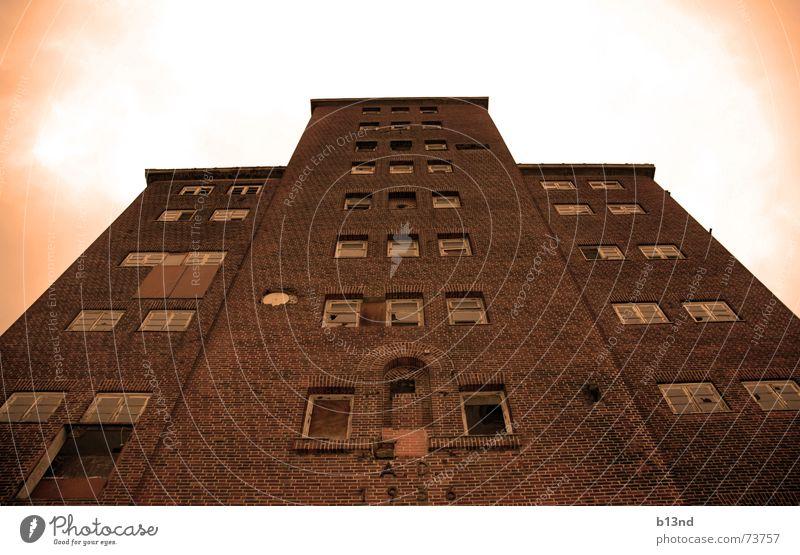 Alter Speicher Lagerhaus Kappeln Backstein Mauer Fenster Schleswig-Holstein ungemütlich kalt Dachboden Hafen Sepia hoch Deutschland Ostsee Architektur
