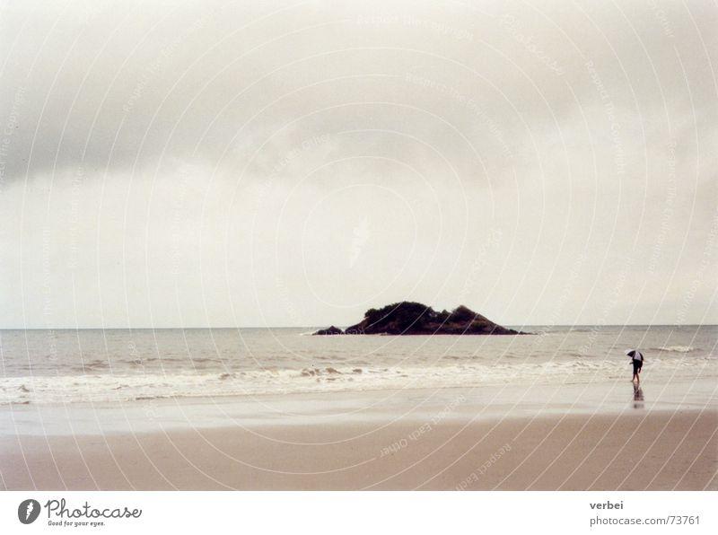 regnerischer Strandtag Mensch Natur Ferien & Urlaub & Reisen Meer Einsamkeit Wolken ruhig Erholung Ferne Freiheit grau Sand hell Regen Wellen
