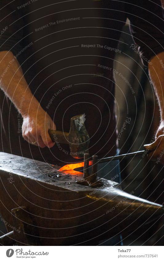 Schmiedeeisen Werkzeug Hammer Maschine Kunst Künstler Metall anstrengen einzigartig Amboss glühend Farbfoto Nahaufnahme Detailaufnahme Dämmerung Kunstlicht