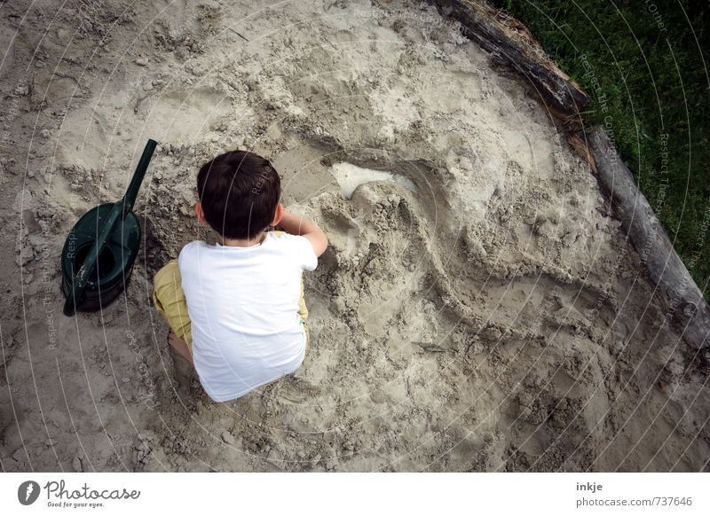 creative director (buddeln VII) Freude Freizeit & Hobby Spielen Kinderspiel Ferien & Urlaub & Reisen Junge Kindheit Leben Kopf Rücken 1 Mensch 3-8 Jahre Sand
