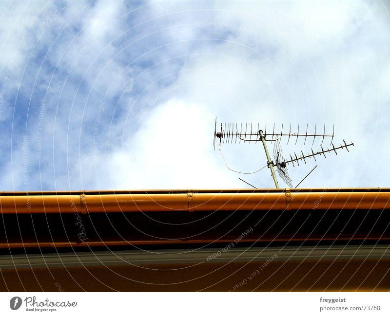Connected... Antenne Funktechnik Verbindung Himmel Dach Sender senden Wellen Dachrinne sky roof Begrüßung Linie