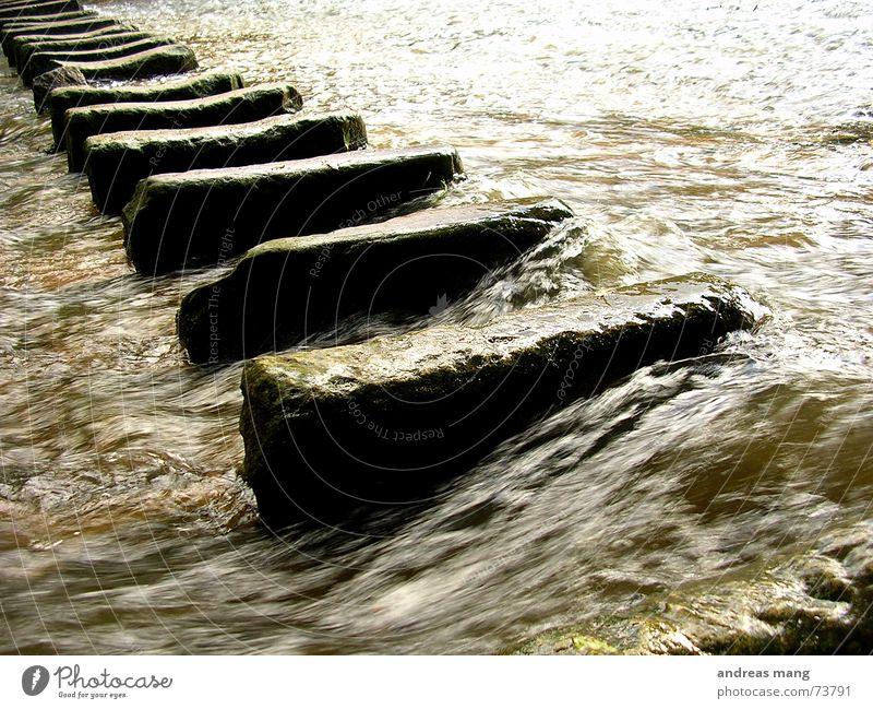 Crossover fließen Strömung dreckig Überqueren reißend gefährlich Elektrizität Fluss river Wasser water flow Stein stone stones cross oben danger dangerous
