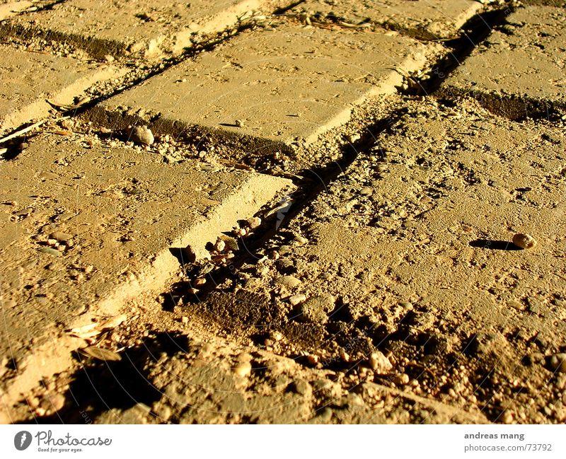 Hit the ground Fuge Bodenbelag Plattenbau dreckig dirt Riss cracks alt old Bodenplatten