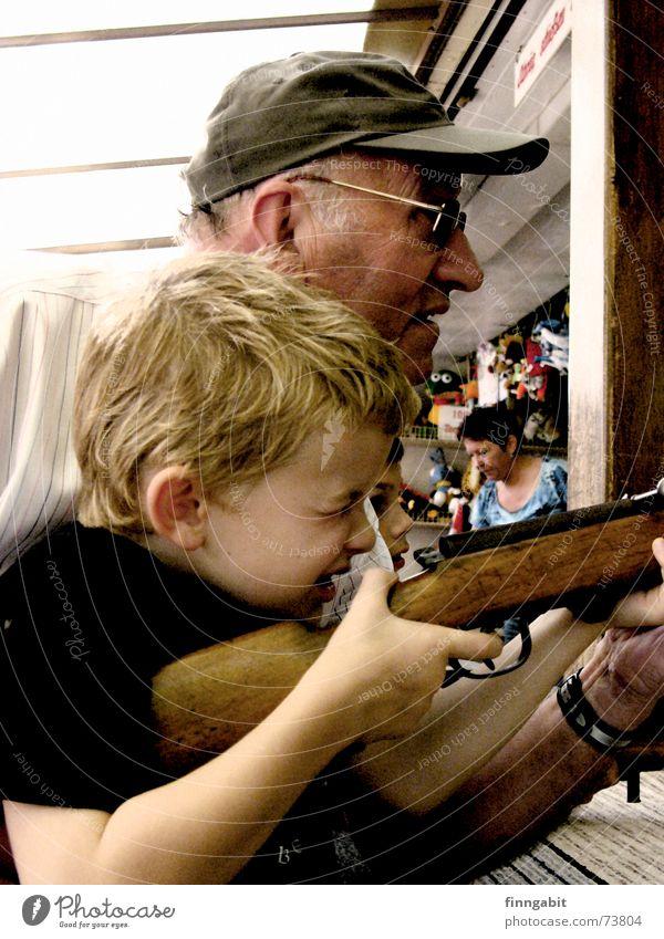 Sniper Schießbude Gewehr Luftgewehr Scharfschütze Großvater Jahrmarkt Außenaufnahme schießstand sniper opa und enkel alt und jung kleiner junge kirchweih