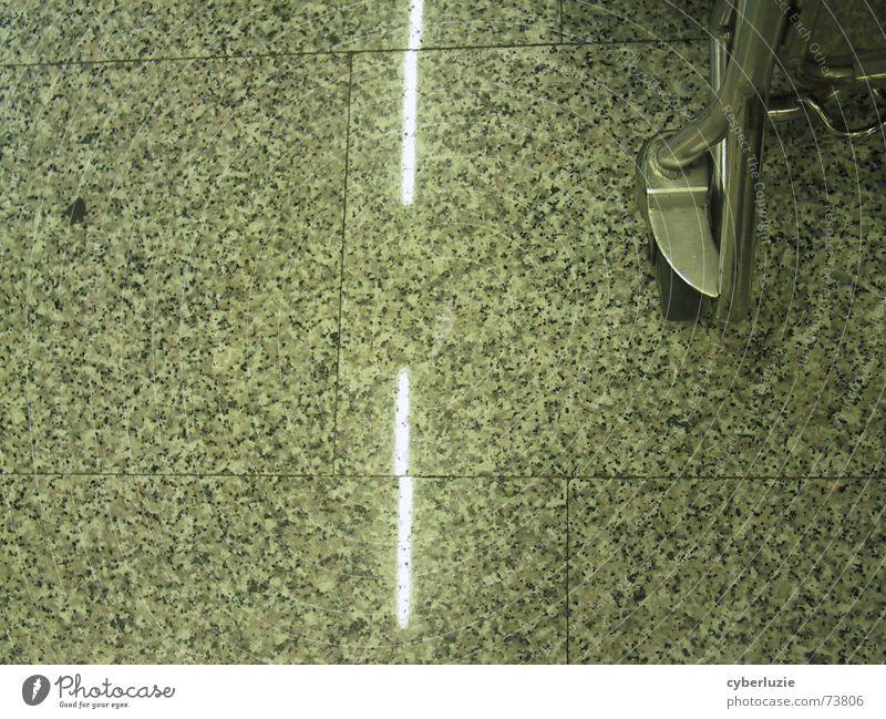 Auf der Autobahn grau Metall Bodenbelag Streifen Fliesen u. Kacheln Flughafen Bodenplatten