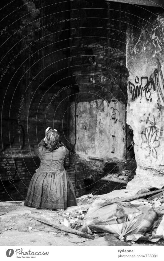 HALLE/S TOUR | Motiv Mensch Frau Erwachsene 45-60 Jahre Fabrik Ruine Architektur Mauer Wand Fassade Mantel Graffiti Abenteuer Senior Partnerschaft Einsamkeit