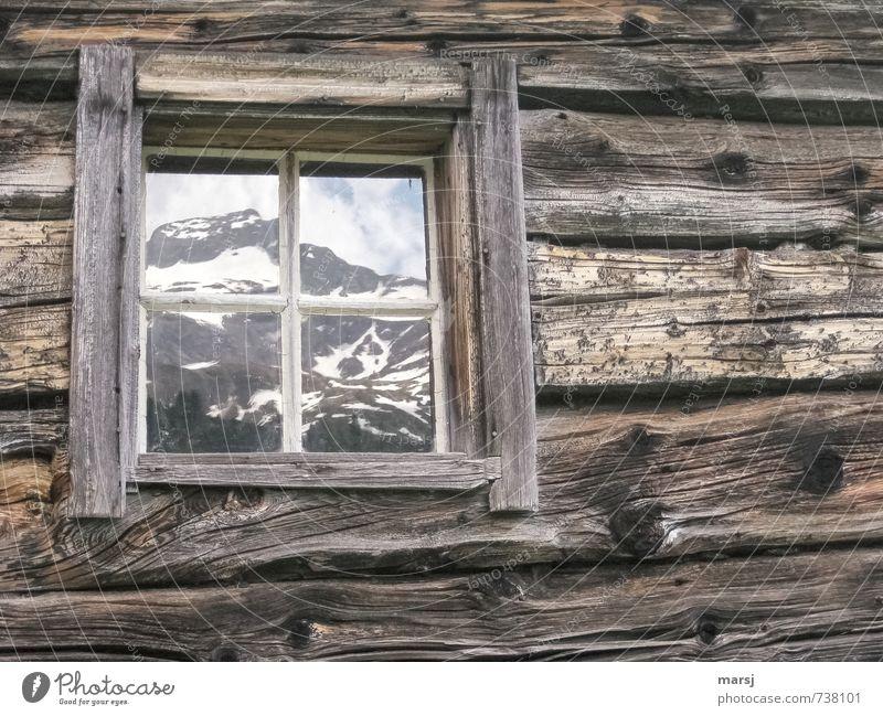 Mit Bergblick Frühling Felsen Alpen Berge u. Gebirge Gipfel Schneebedeckte Gipfel Hütte Architektur Berghütte Blockbohlen Holzhaus Fenster Glas eckig einfach