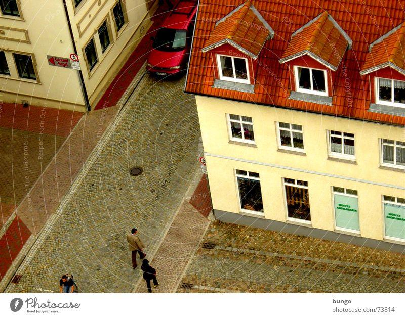 Hab dich! Mensch Stadt rot Haus gelb Straße Wand Fenster Mauer PKW braun Wohnung verrückt trist Dach Dorf