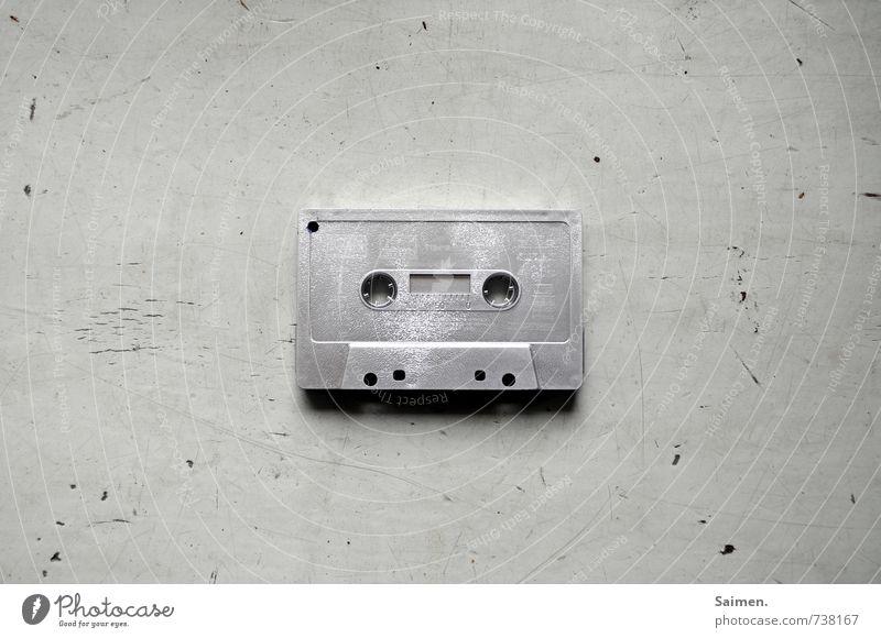 Textfreiraum für Handbeschriftung Lifestyle alt Musikkassette silber analog retro Nostalgie Farbfoto Gedeckte Farben Innenaufnahme Textfreiraum links