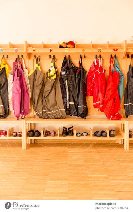 kita kiga kindergarten wenns ma wieder regnet Kind Stadt Freude Bewegung Spielen Glück springen Freizeit & Hobby Regen Kindheit Schuhe Bekleidung lernen
