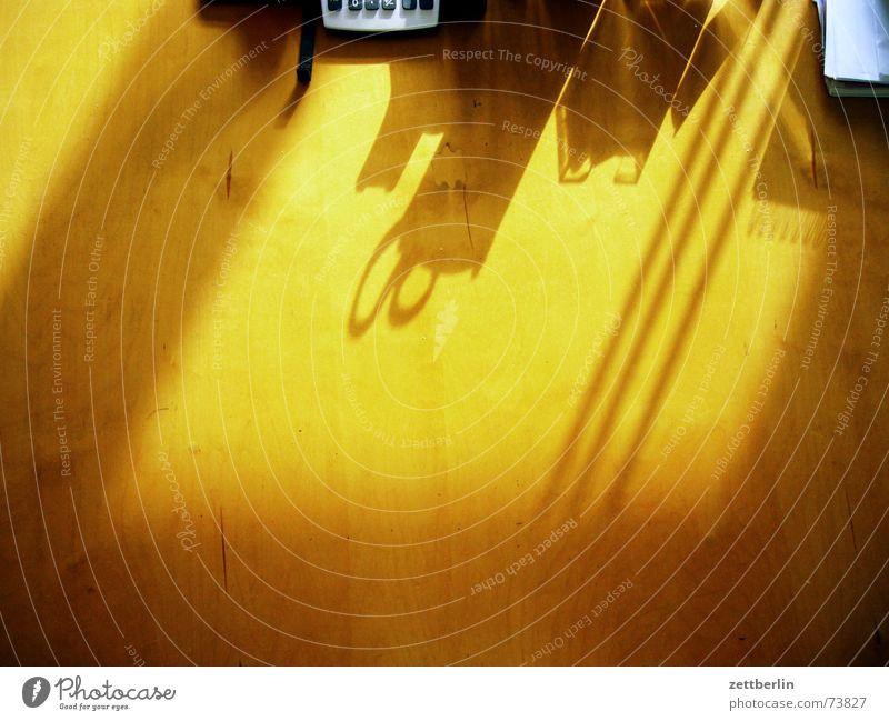 Wolfgangs Schreibtisch Sonnenaufgang Taschenrechner Farbstift Filzstift Lippenstift Zettel aufräumen Pünktlichkeit Aufschwung Schatten Morgen Schere