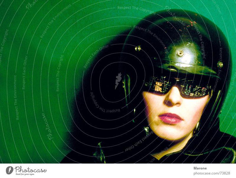 Nachtbrille Frau grün Gesicht schwarz Coolness Kommunizieren Brille Aussicht Langeweile Gesichtsausdruck Porträt lässig Helm Gleichgültigkeit unerschütterlich