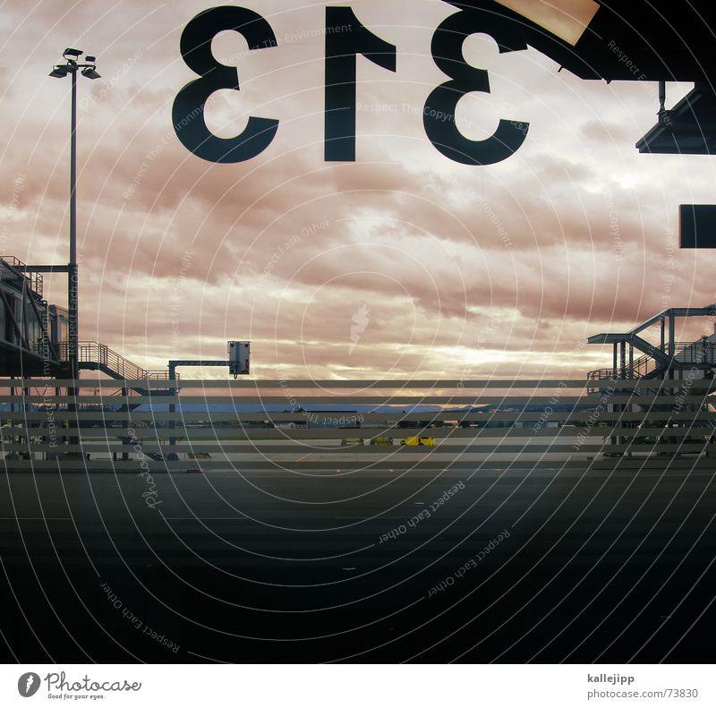 gate 313 Stuttgart Rollfeld Flugplatz Flugzeug Ausgang Abflughalle Wolken Ferien & Urlaub & Reisen Lampe Flughafen Landebahn Gate Himmel Scheinwerfer Tür