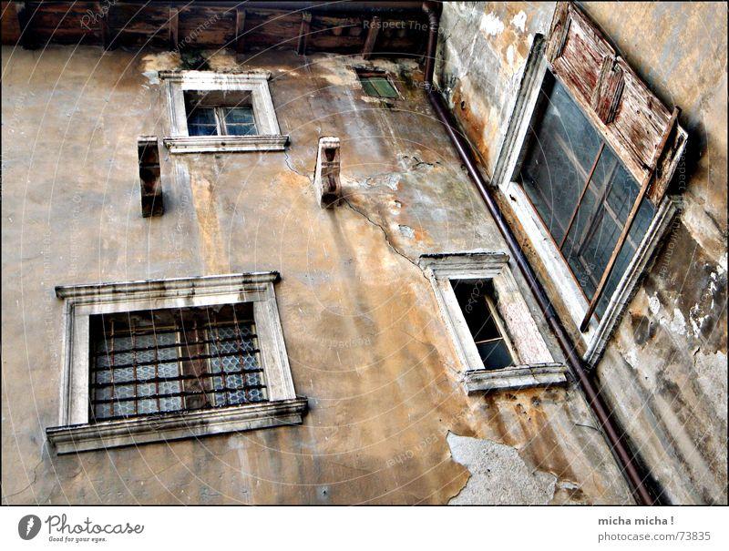 marode Harmonie Fenster dunkel unheimlich Fensterladen Holz Fassade Italien Gardasee Gasse Verfall arco mediteran