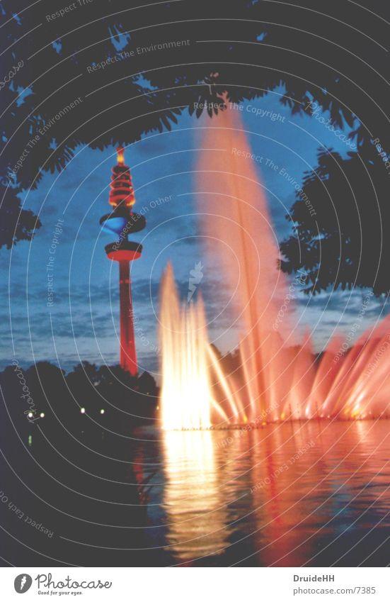 Farbenspiel in Hamburg Wasser Beleuchtung hoch Abenddämmerung Club Lichtspiel Fernsehturm Springbrunnen Wasserspiegelung Wasserfontäne Hamburger Fernsehturm