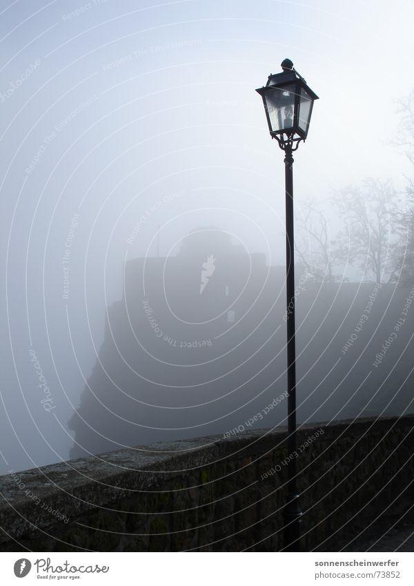 Laternenpfahl am Pozzo di San Patrizio in Umbrien dunkel Traurigkeit Nebel Aussicht Laterne Laternenpfahl