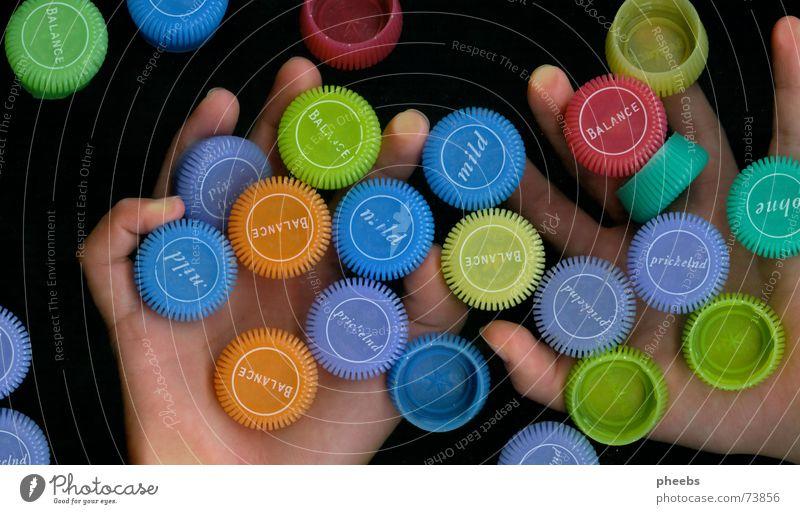 viele, viele bunte ... Hand Finger fangen dunkel Farbe Werbung Mineralien Mineralwasser Scanner mehrfarbig