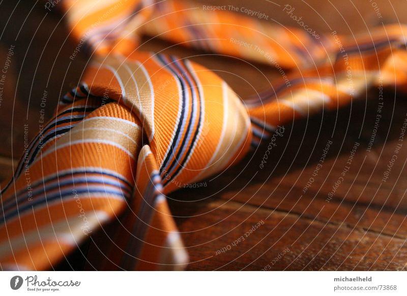 Abgelegt... Mann orange Arbeit & Erwerbstätigkeit Bekleidung Streifen Schreibtisch Ladengeschäft Krawatte Knoten seriös abgelegen Seide Holztisch Berg Olymp