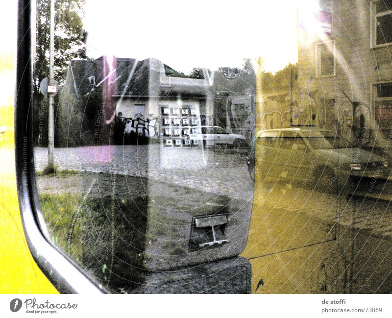 in.der.zwischenwelt Reflexion & Spiegelung beschmiert dreckig Telefonzelle gelb Fenster Haus unheimlich 2 knallig Zukunft grell verstrahlt beschmierungen matt
