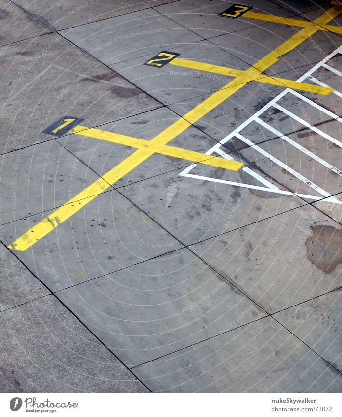 1, 2 oder 3 - letzte Chance... vorbei! Parkplatz Rollfeld Asphalt Fahrbahnmarkierung diagonal Ziffern & Zahlen gelb grau weiß erste Flughafen Straße Linie