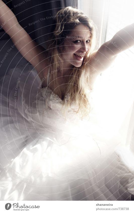 happy Freude Glück Mode Zufriedenheit blond Fröhlichkeit Lebensfreude Romantik Hochzeit Kleid langhaarig Begeisterung Vorfreude Braut Frühlingsgefühle