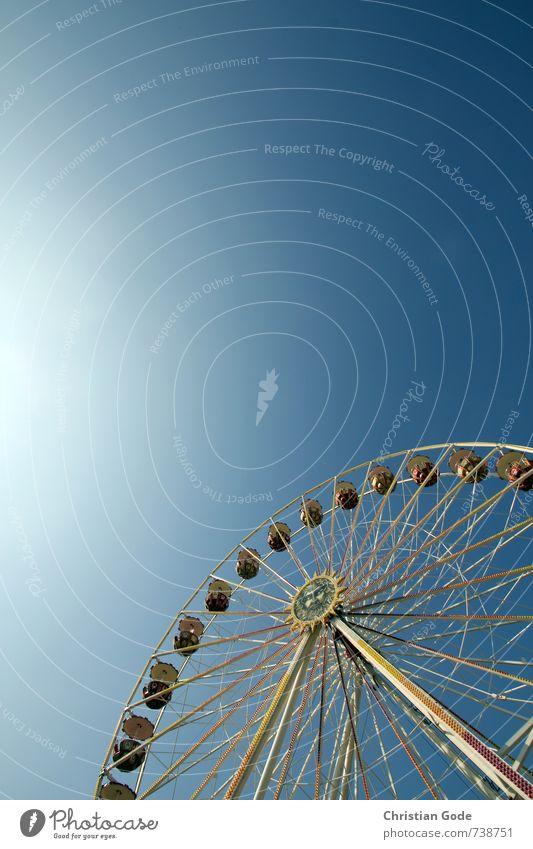 Jetzt gehts rund blau Riesenrad Jahrmarkt Himmel (Jenseits) himmelblau Sonnenlicht Sonnenstrahlen Lichterscheinung Lichtschein drehen Farbfoto mehrfarbig