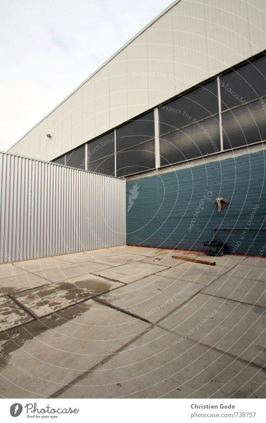 HALLE Industrieanlage Bauwerk blau Lagerhalle Beton Wellblechwand Autofenster Industriefotografie Industriegelände Wasserhahn Fuge diagonal grau Garage