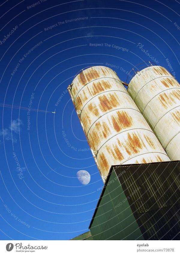Pärchen im Mondschein Industriefotografie Himmel Silo Wolken grün Rust Grunge rund Gebäude Landwirtschaft weiß Sommer sky blau blue moon Düsenflugzeug cloud