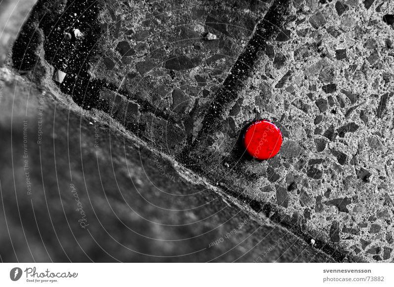 Rotpunkt Kronkorken Bürgersteig rot Schwarzweißfoto Stein Gully gehsteig