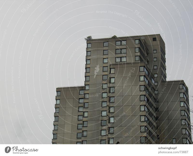 Haus in Grau Himmel Fenster grau Wetter Wohnung Fassade Beton Hochhaus trist Häusliches Leben Balkon Quadrat Etage schäbig Fleck trüb