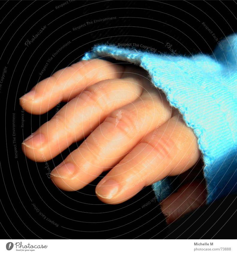 Finger-Model Hand Baby zart klein niedlich süß Kleinkind vergrößert Vertrauen Makroaufnahme Nahaufnahme blau Glätte Babyhaut Babyglück Glück Detailaufnahme