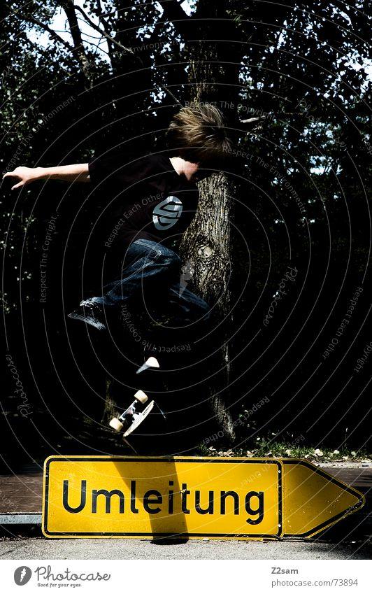kickflip on detours II Kind Sport springen Stil oben Schilder & Markierungen Skateboarding Salto Halfpipe Trick Funsport Parkdeck Stunt Umleitung Kickflip