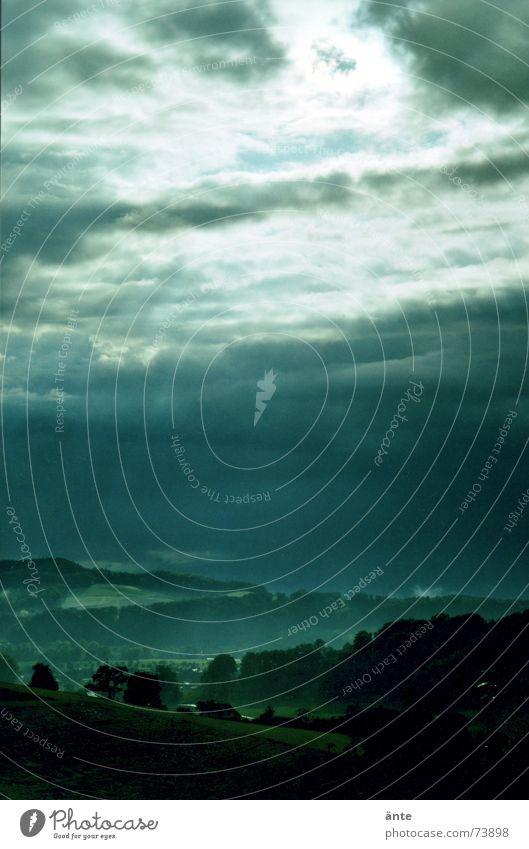 Durchbruch Wolken Stimmung Hügel nass Trauer Nebel dramatisch grün dunkel Meteorologie frisch Wolkenloch Durchblick Schatten Natur Schweiz Regen Landschaft