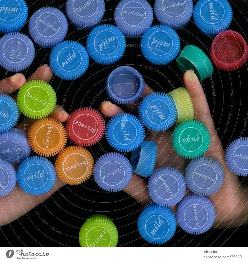 schon eher blau als bunt Hand Farbe dunkel Finger Werbung fangen Mineralien Mineralwasser Trinkwasser Scanner