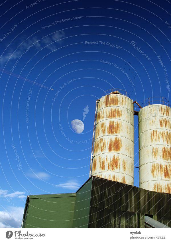 Pärchen im Mondschein Vol.2 alt Himmel weiß grün blau Sommer Wolken Gebäude Metall dreckig paarweise Industriefotografie rund Getreide Landwirtschaft