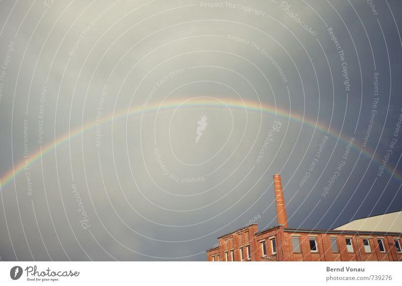 farbkreis Wetter Regen Fabrik schön Regenbogen mehrfarbig Kurve kreisrund Himmel oben Bogen Backstein ziegelrot alt Industrie Schornstein Unwetter Wolken