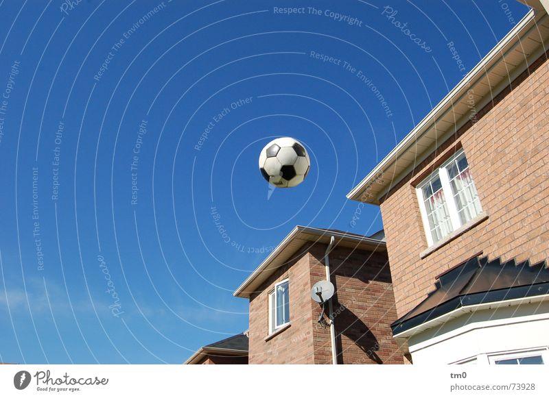 kick and win(dow kaputt) Himmel schön Haus Fenster fliegen Fußball Schönes Wetter Reihenhaus