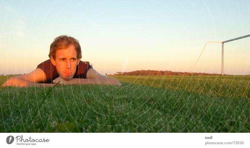 tom tor Mensch Himmel Sonne ruhig Erholung Gras träumen Horizont Erfolg Rasen Ball Tor Sportler Fußballplatz Sportplatz ruhen