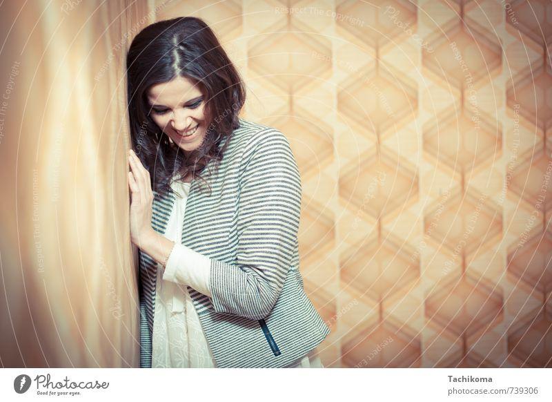 Hör mal wer da lächelt Mensch Frau schön Freude Ferne gelb Erotik Erwachsene Wand feminin Mauer lachen Glück braun Mode Lifestyle