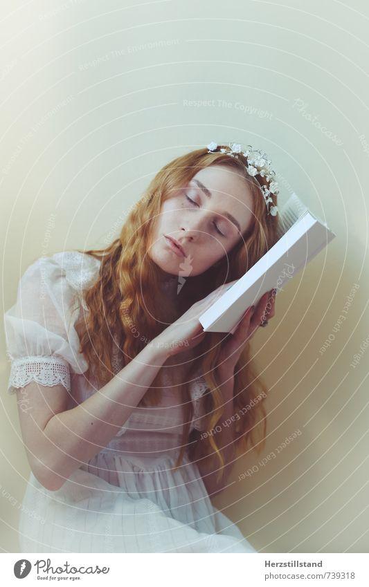 book lesen feminin Junge Frau Jugendliche 18-30 Jahre Erwachsene Kleid rothaarig träumen natürlich Farbfoto Innenaufnahme Zentralperspektive Porträt