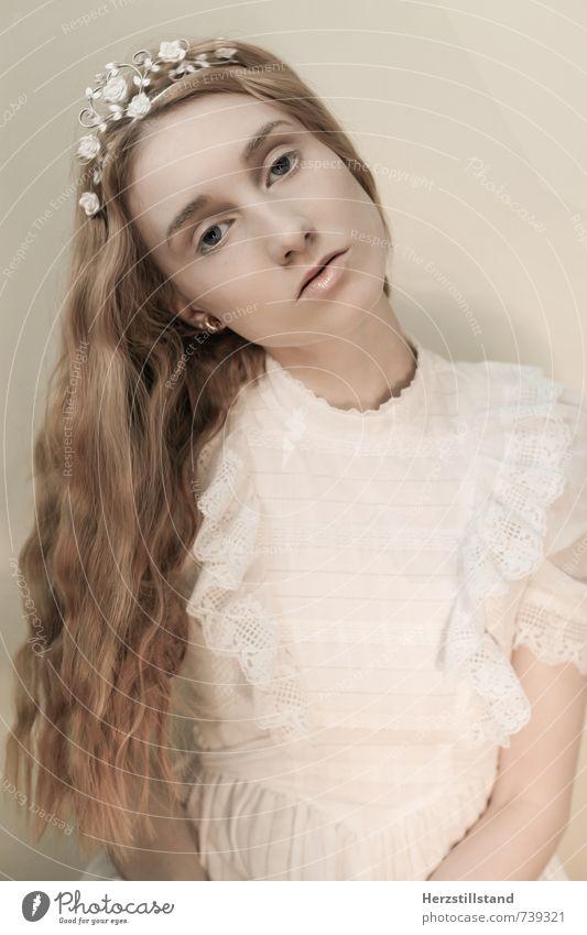the white queen feminin Junge Frau Jugendliche 18-30 Jahre Erwachsene Kleid Diadem rothaarig langhaarig Locken einzigartig weich Kraft Macht ruhig Weisheit