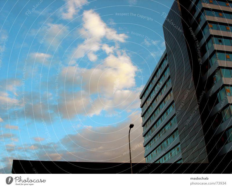 MONO CITY Himmel Stadt blau Wolken Haus Fenster Leben Architektur Gebäude Freiheit fliegen oben Arbeit & Erwerbstätigkeit Wohnung Design Wetter