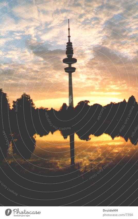 Dämmerung Himmel Sonne Wolken gelb Europa Hamburg Abenddämmerung Fernsehturm Spiegelbild Wasserspiegelung Wolkenformation Hamburger Fernsehturm