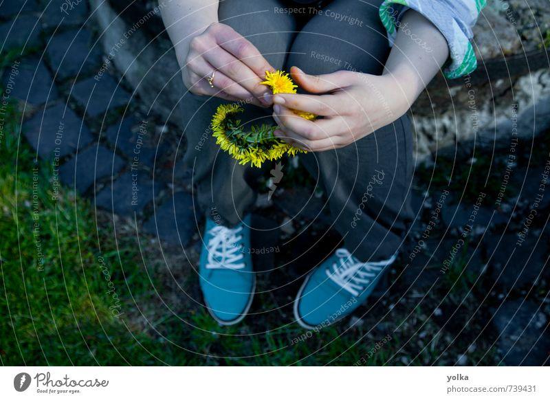 Junge Frau hält einen Kreis von Löwenzahnblüten in der Hand. Mensch feminin Jugendliche Finger 1 18-30 Jahre Erwachsene Frühling Sommer Schönes Wetter Blüte